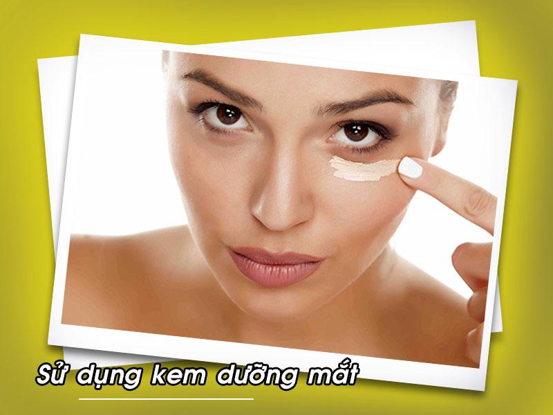 Sử dụng kem dưỡng mắt